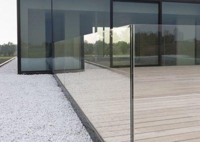 Dakappartement met terras en glazen balustrade op EPDM-dak
