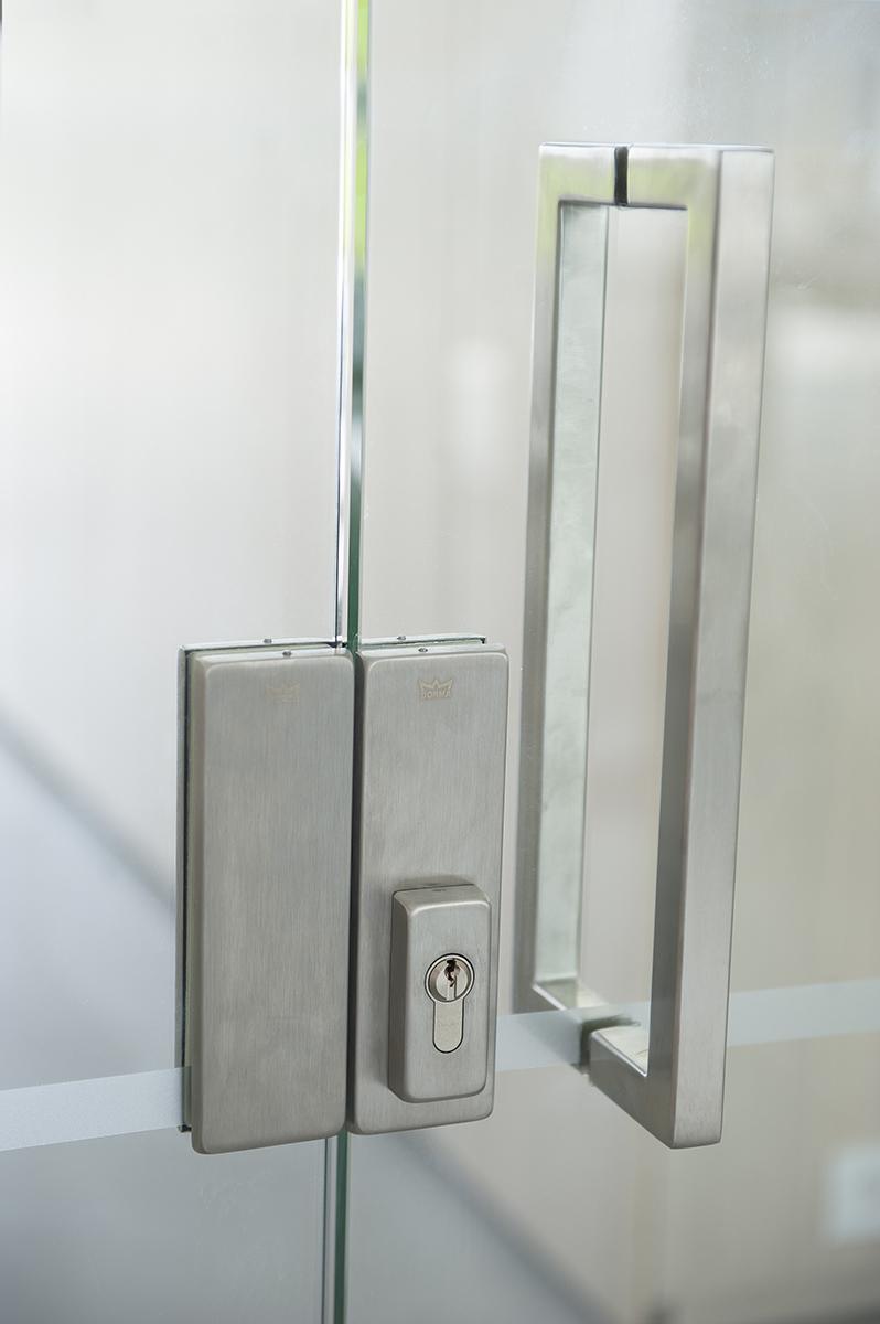Detail deur van bedrijfsgebouw van ROB
