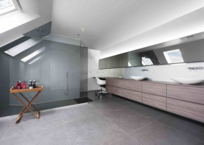 Douchewand en spiegels onder dak