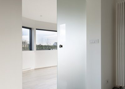 Dubbele deur en tabletten van glas op de vensterbank