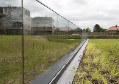 Glazen balustrade in het park 03