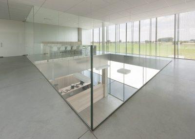 Glazen ballustrade binnen bedrijfsgebouw ROB