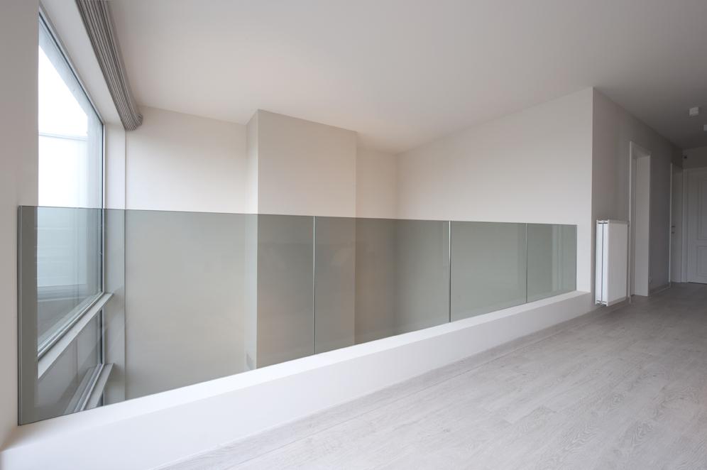 Glazen balustrade maakt van twee een 01