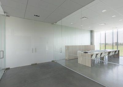 Glazen deuren en wanden bedrijfsgebouw ROB
