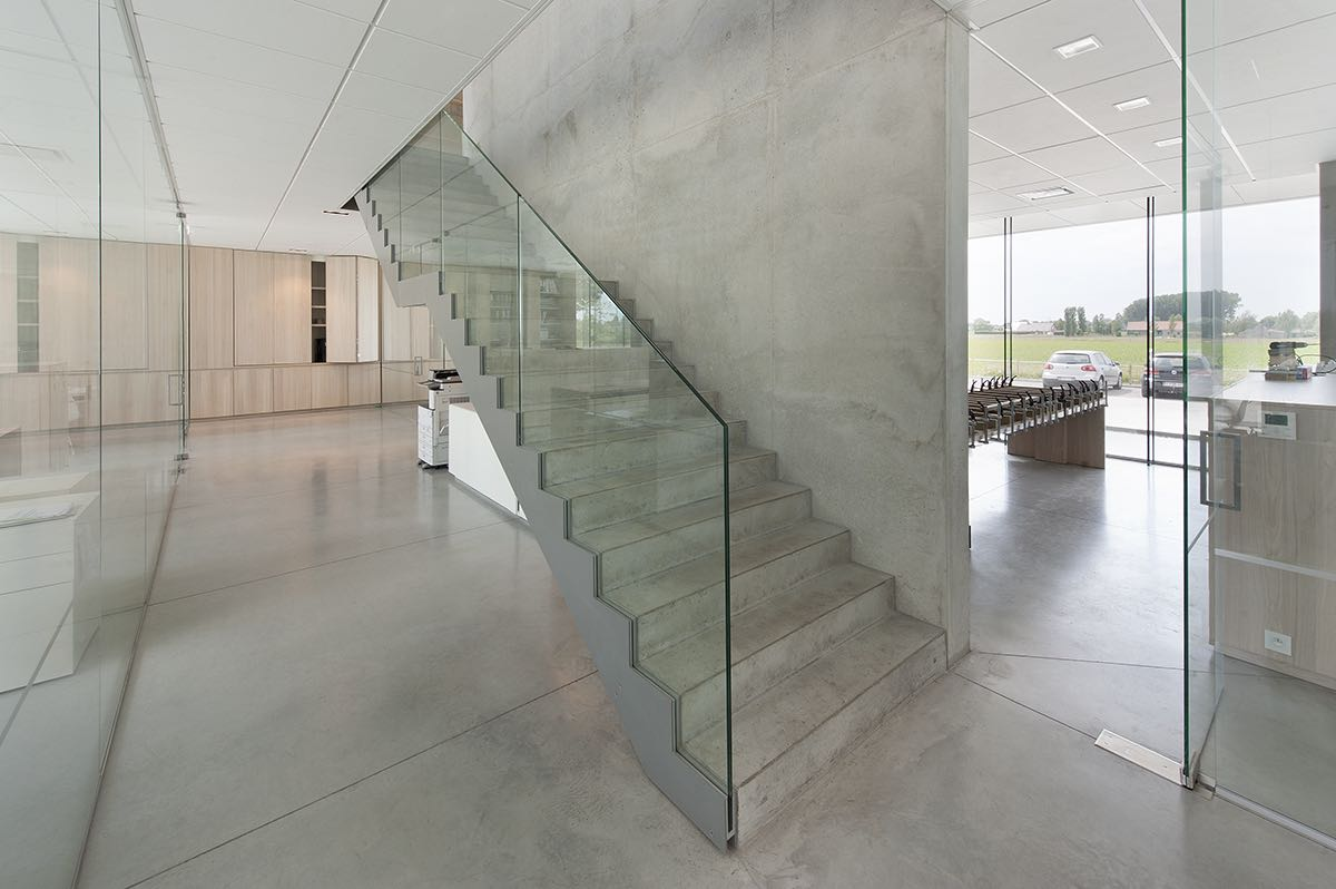 Glazen leuningen grote trap bedrijfsgebouw ROB