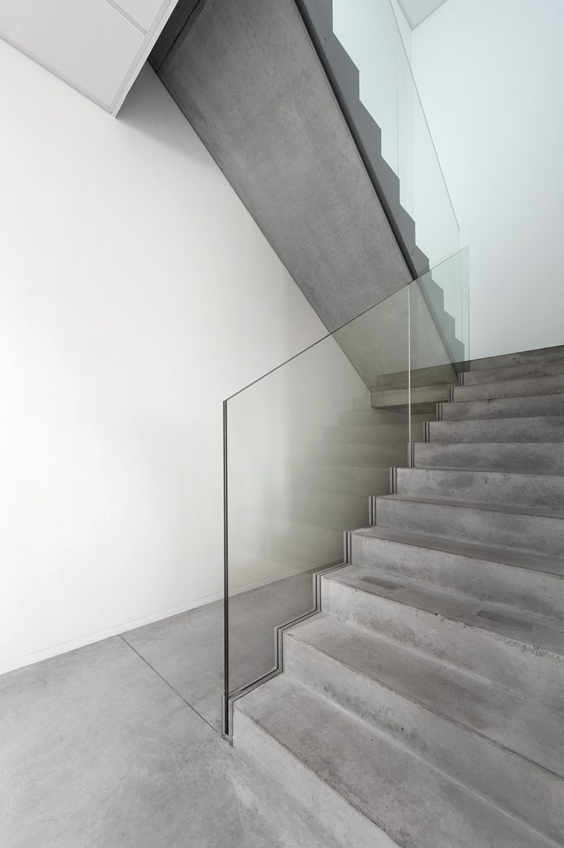 Glazen leuningen kleine trap bedrijfsgebouw ROB