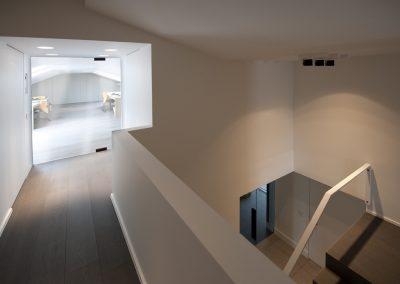 Kantoor met glazen deuren en balustrade 03