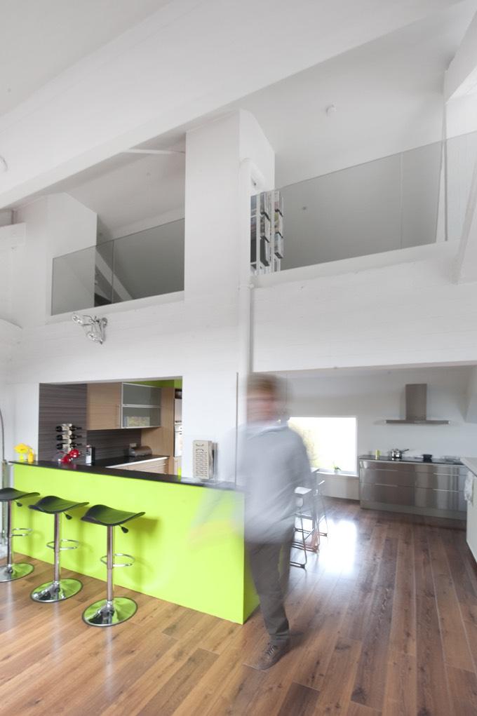 Kantoor met glazen deuren en balustrade 04