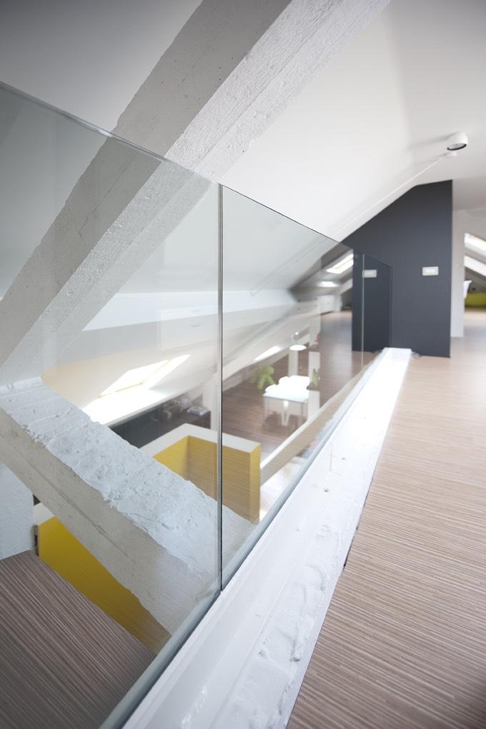 Kantoor met glazen deuren en balustrade 05