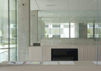 Overzicht glazen bureauwanden bedrijfsgebouw ROB
