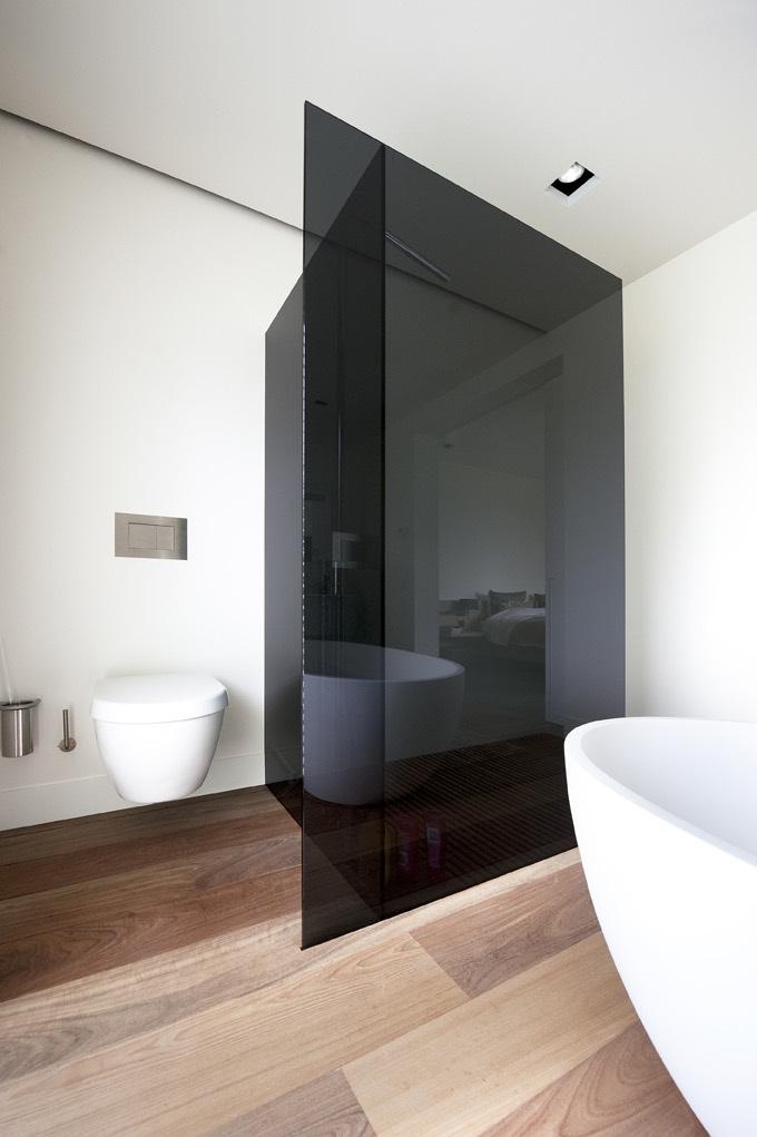 Zwarte douchewand in witte badkamer 02