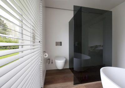 Zwart douchecontrast voor het bad