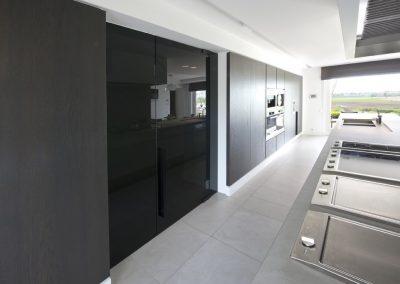 Glazen keukendeur in het zwart