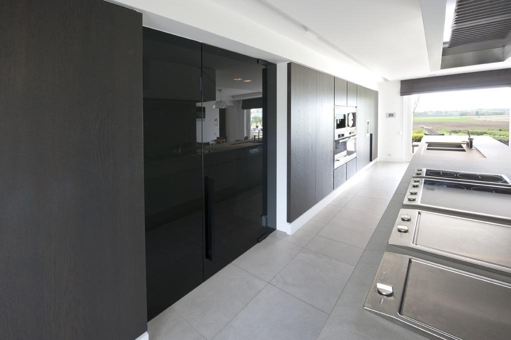 Zwarte glazen keukendeur 02