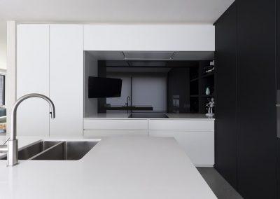 Zwarte spatwand van lacobel in de keuken