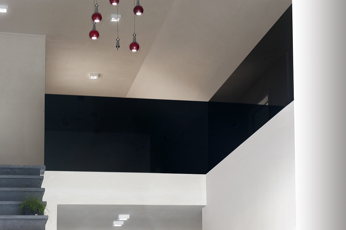 zwarte balustrade in lacobel in de gang 06