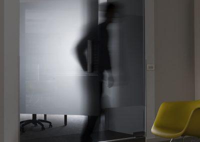 Glazen deur tussen kantoor en wachtruimte