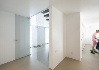 Glazen deuren tussen gang en leefruimte