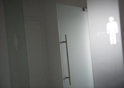 Topglass glazen deur en wanden gezandstraald embleem toilet