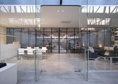 Glaswand tussen showroom & kantoor