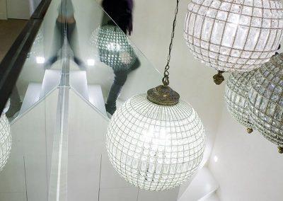 Houten trap met glazen leuning