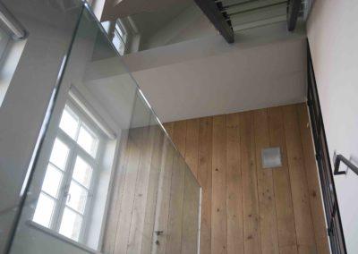 Landelijke woning met strakke glazen balustrade