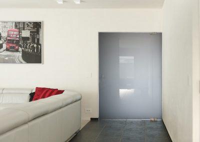 Pivoterende deur grijs getint met mat glas