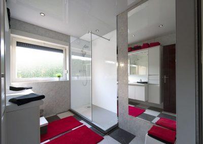 Witte lacobel in gerenoveerde badkamer
